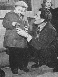 Člen Vesnického divadla s malým divákem